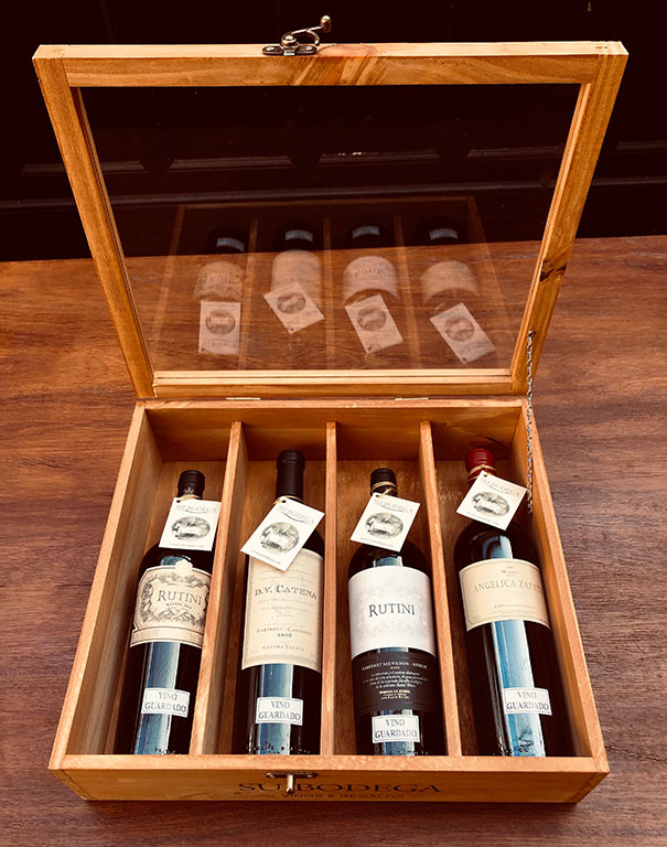 Estuche madera c/ tapa vidrio x 4 vinos